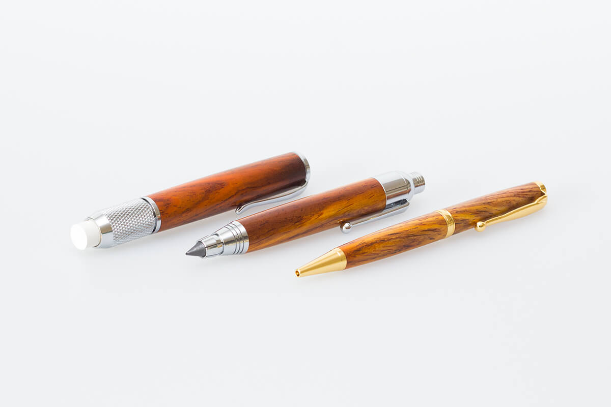 Kreidehalter, Bleistift und Kugelschreiber aus Holz